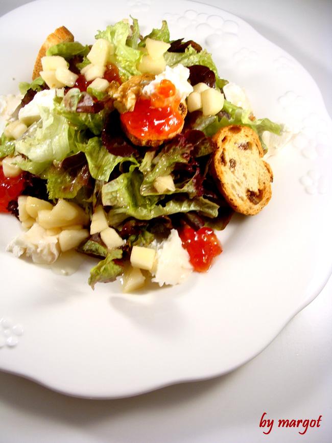 Ensalada con queso de cabra, mermelada de tomate y