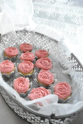 cupcakes con frosting de queso y fresa