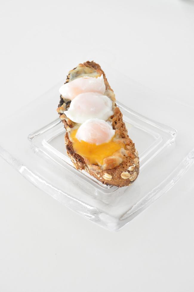 tostada gratinada con queso y huevos de codorniz
