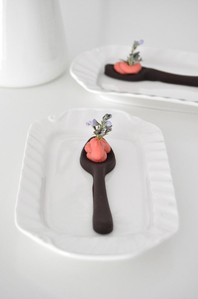 cuchara de chocolate con ganache y flor de romero