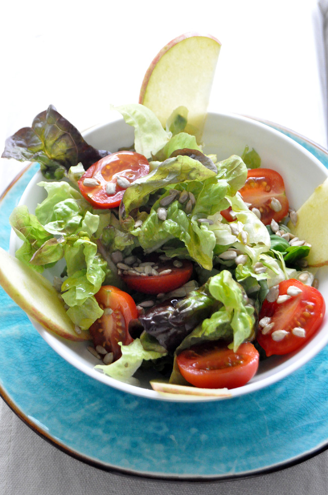 Ensalada de hoja d eroble, tomates, manzana y pipas