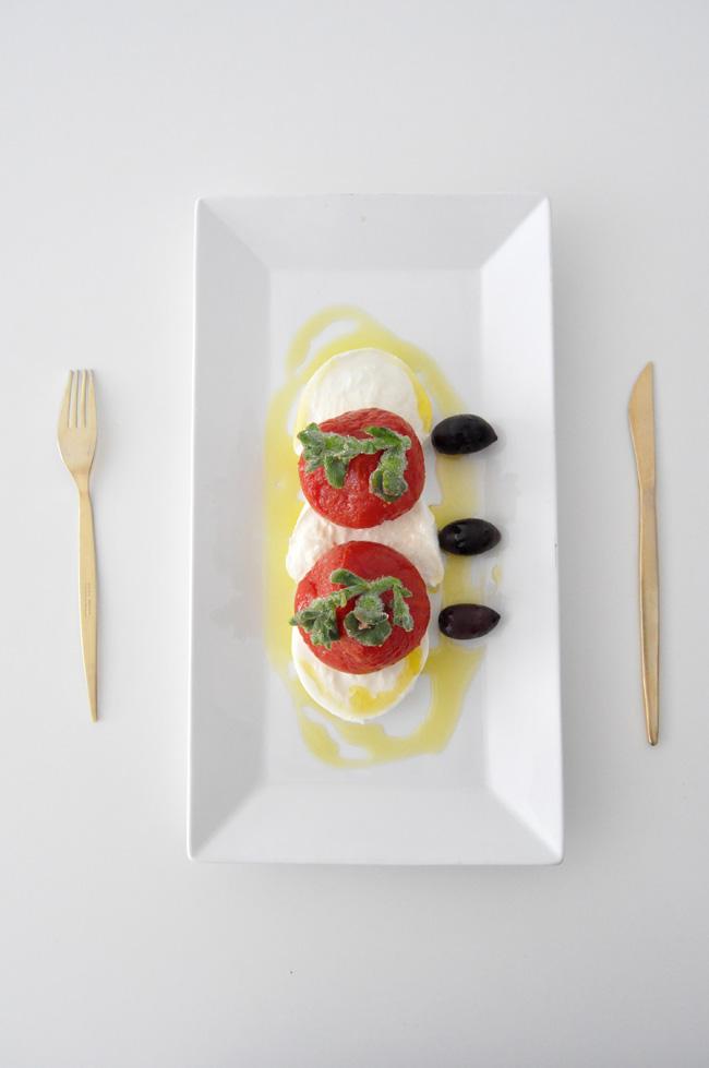 mozzarelal con tomate asado y ficoide glacial