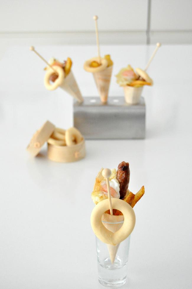 huevos fritos, patatas y salchicas,