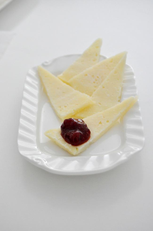 queso idiazabal con mermealda de fresas al cava, pimienta y notas de regaliz