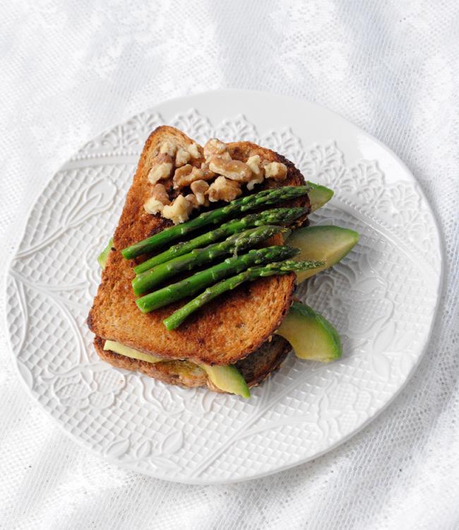 sandwich de esparragos y aguacate