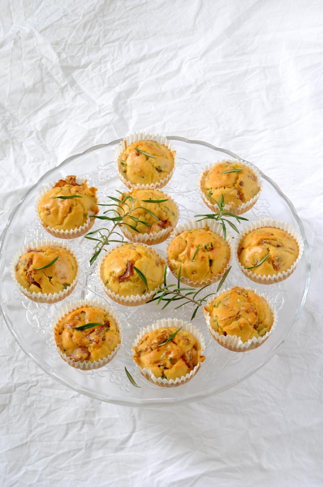 Muffins de jamón tomate y calabacin al romero