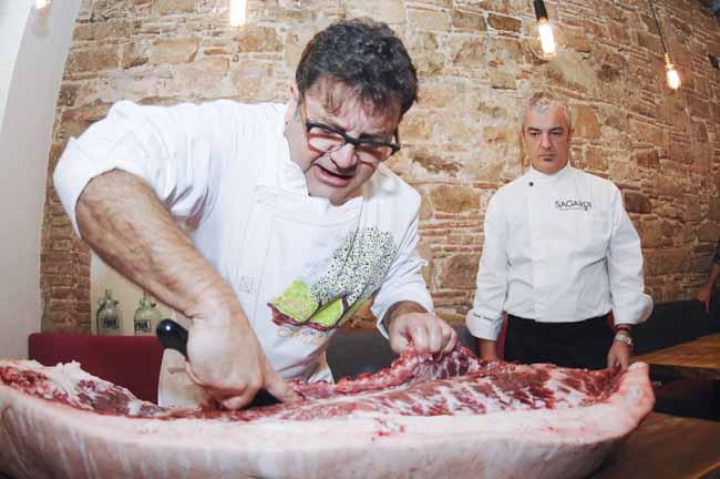 Manuel Maldonado en el momento del despiece del cerdo