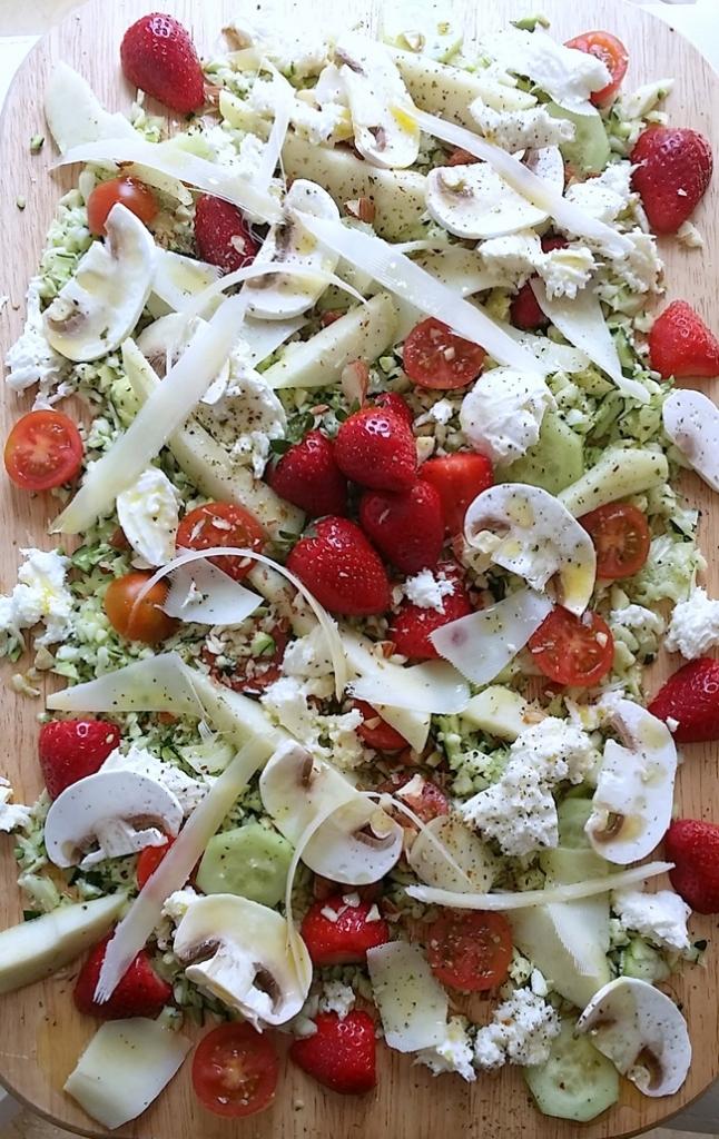 Ensalada de frutas verduras y quesos