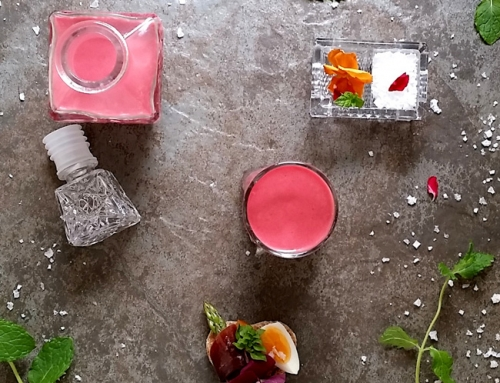 Gazpacho de fresas y remolacha con su tapita floral