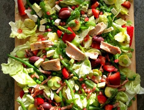 Ensalada de verduras y frutos rojos