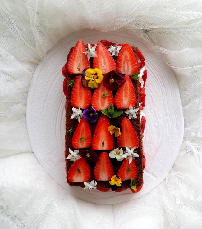 brownie con nata y fresas