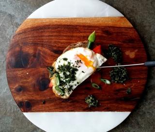 tosta de huevo frito y kale