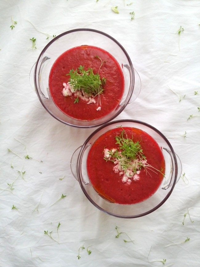 sopa de tomate remolacha y requeson