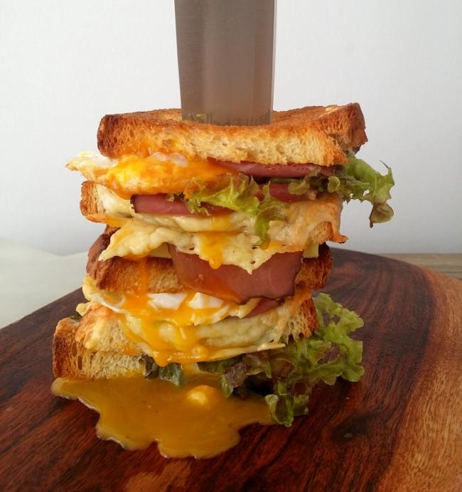 Sandwich de pastrami y huevo