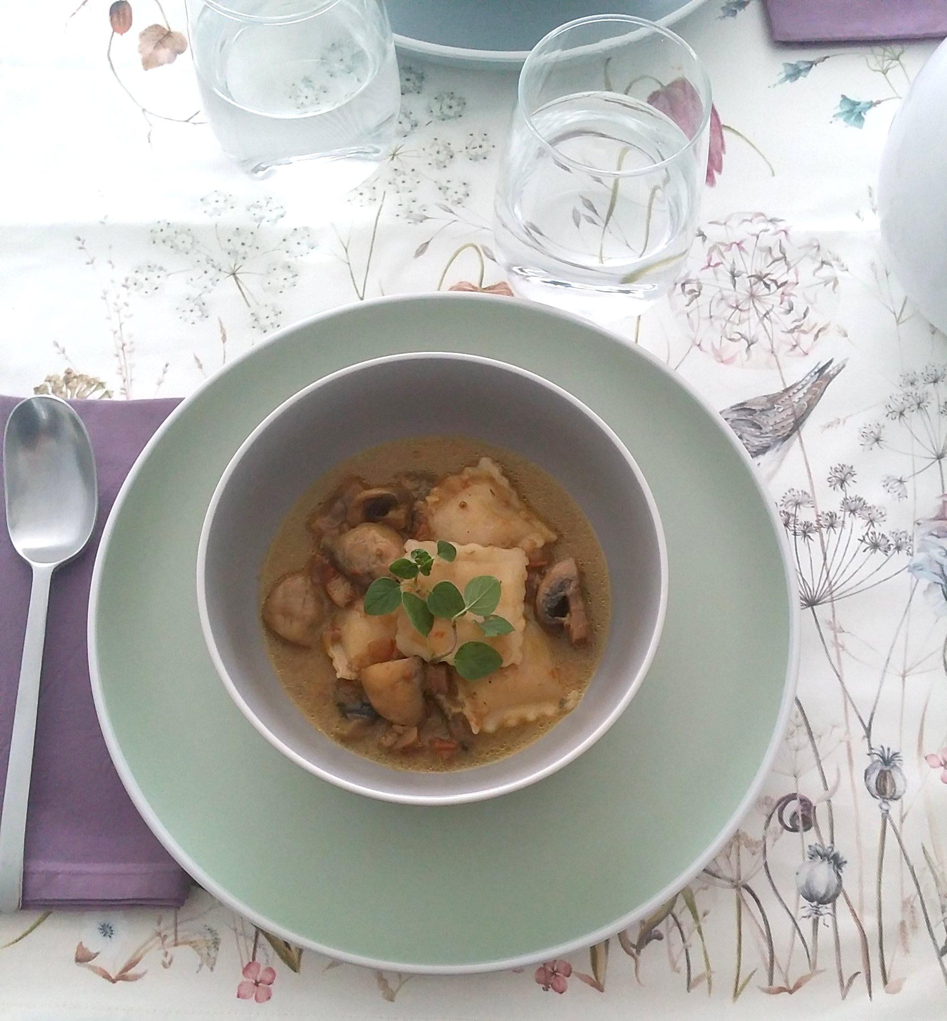 Sopa de champiñones y raviolis